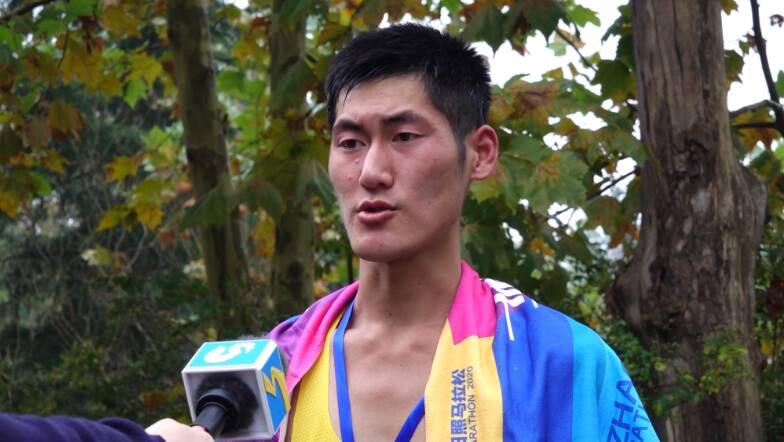 26秒丨日马男子组冠军安振:今年赛道非常美 有利于创造成绩