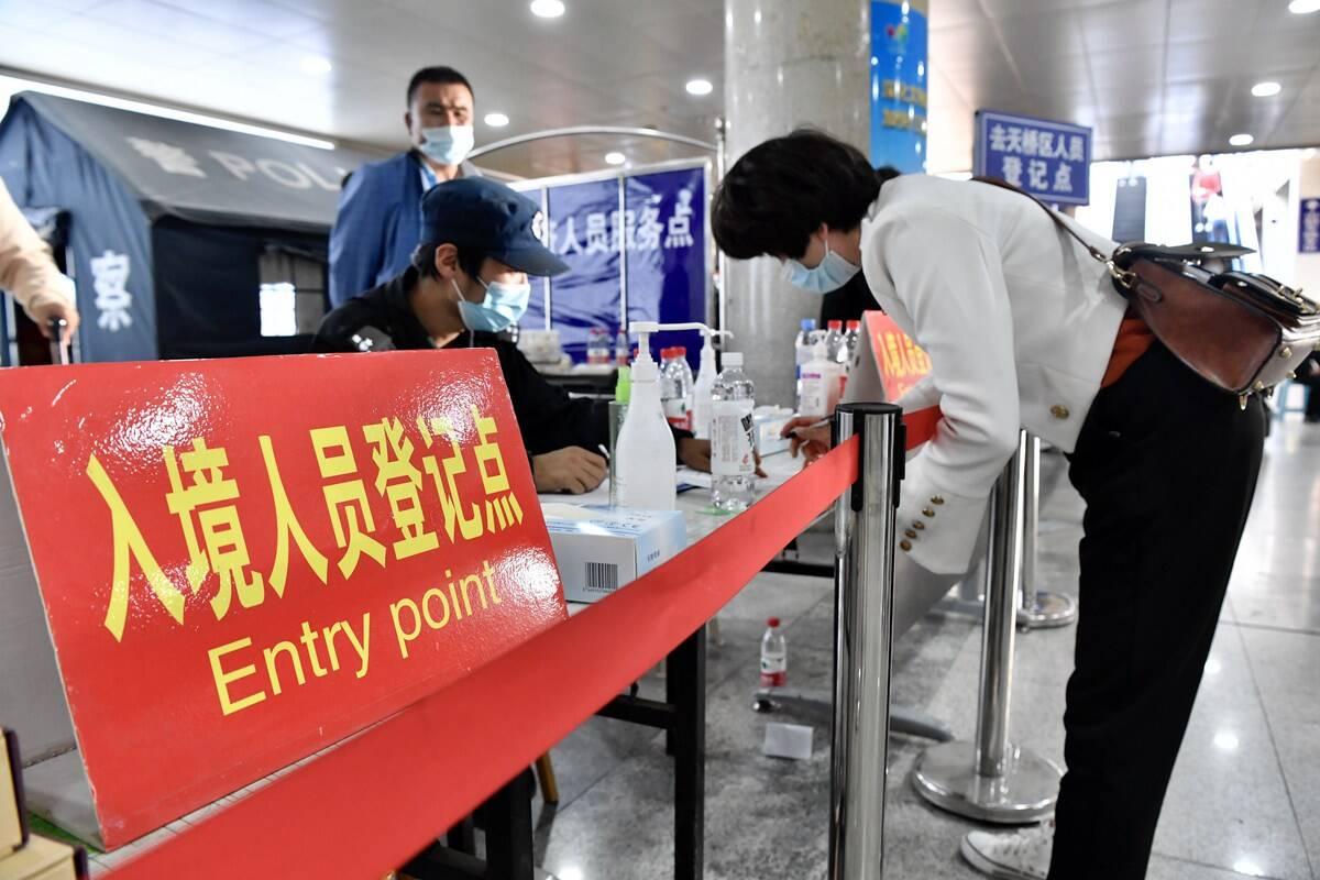 组图|济南火车站紧急增设青岛来济报告登记点