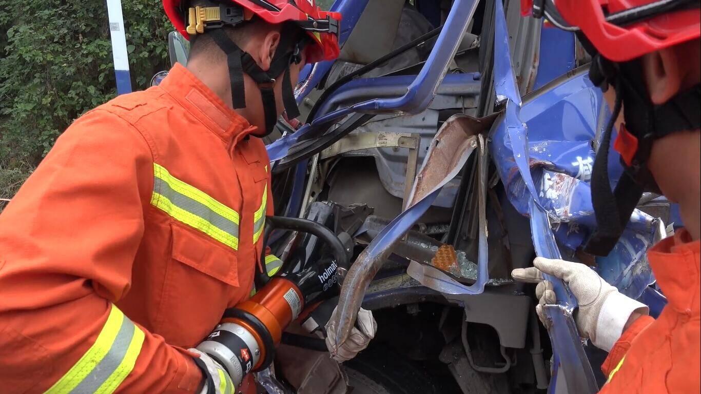 23秒|临沂一轻卡车司机被困驾驶室 消防员12分钟紧急救助