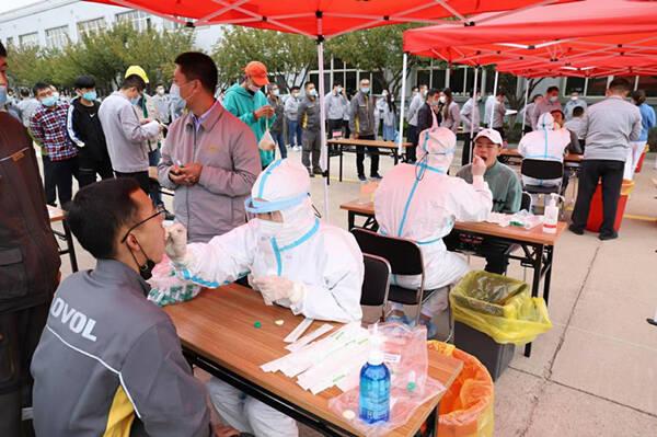 青岛西海岸新区:核酸检测进企业 保障生产有序进行