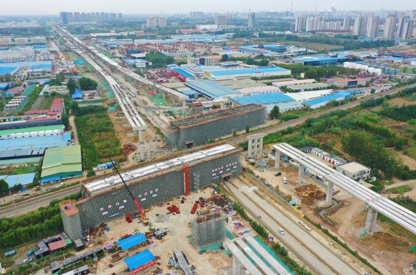 济宁主城区内环高架西外环涉铁转体桥(东幅)完成混凝土浇筑