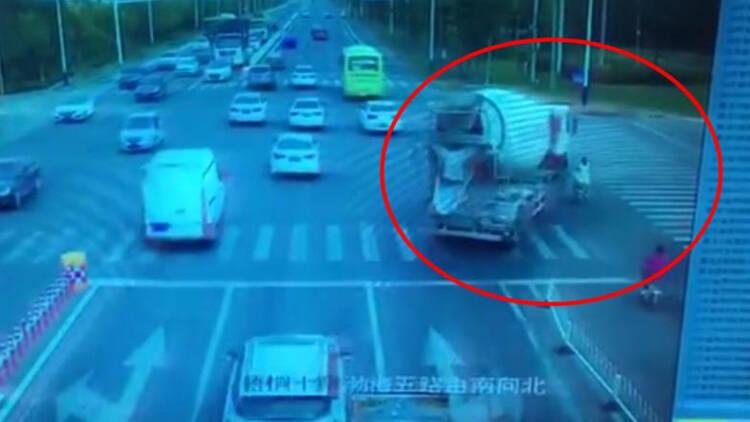 17秒丨滨州:一搅拌车转弯时与电动车相撞 电动车驾驶人死亡