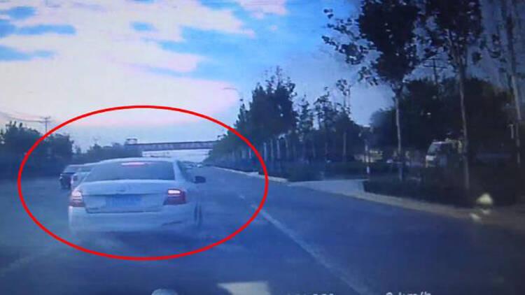 42秒丨视频曝光!滨州一男子街头来回变道恶意别车被举报