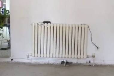 潍坊一市民外出两年未交取暖费 家里却因打压暖气漏水被淹