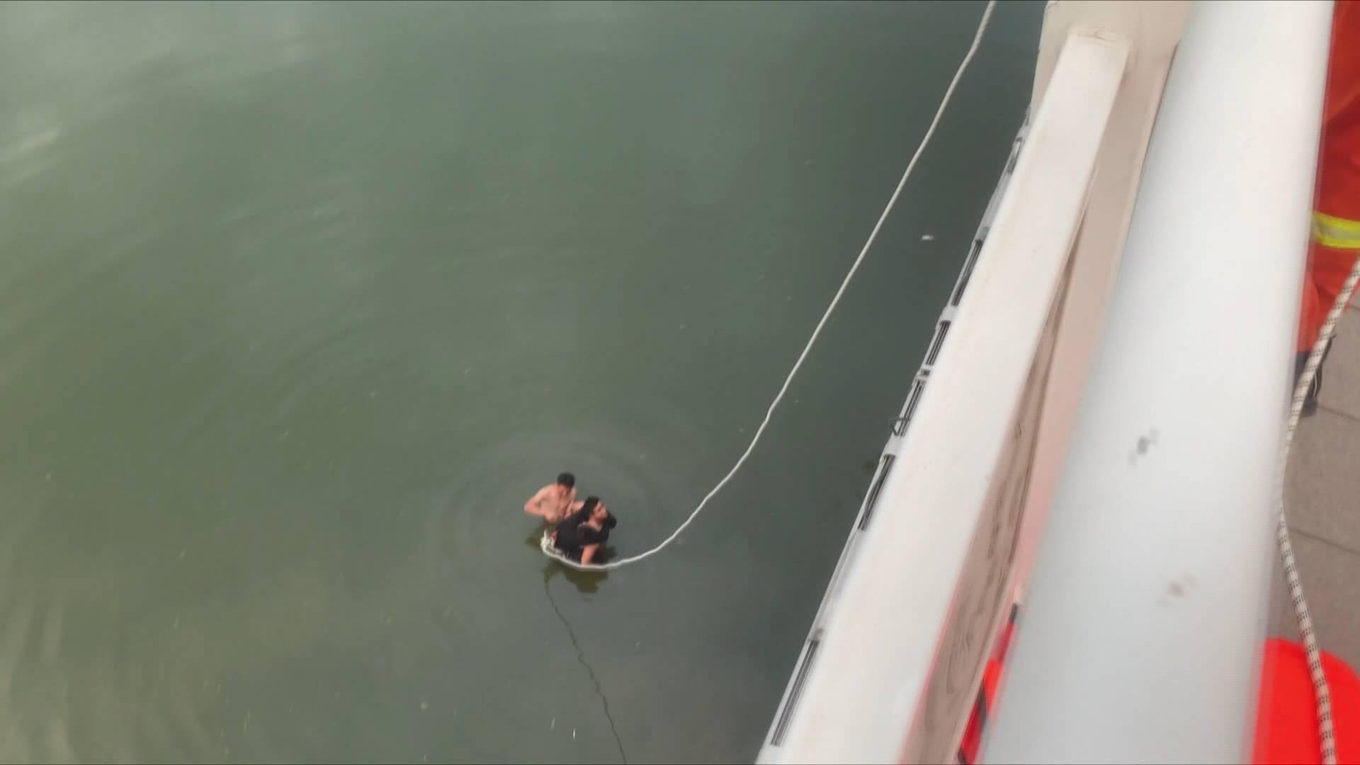 46秒丨安丘一青年不慎落水 这两兄弟水中托举近半小时