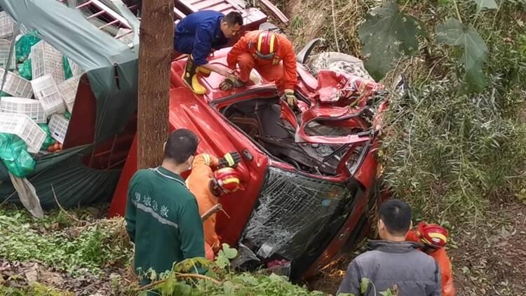 48秒|货车遇车祸翻进深沟 消防员踹碎车玻璃救人