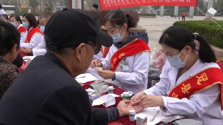 31秒|全国扶贫日!聊城冠县举行大型义诊 为贫困群众送福利