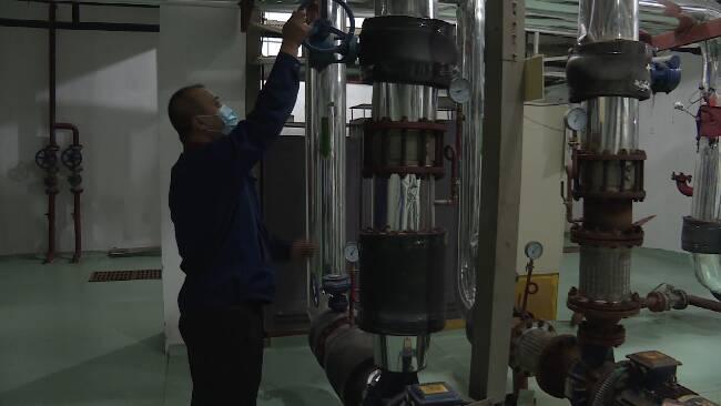 """79秒丨调试设备、检修管道 潍坊热企提前""""备战""""迎接供暖季"""