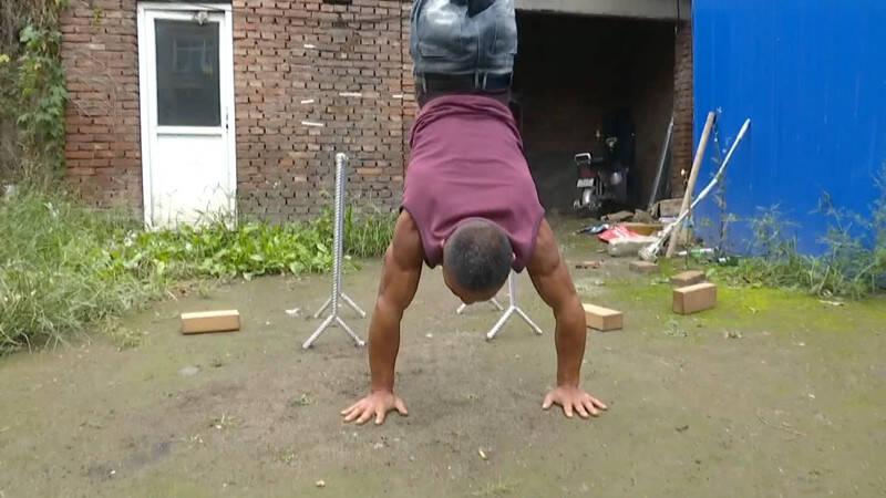 高手!腿部残疾的他练成麒麟臂行走 这功夫太震撼了