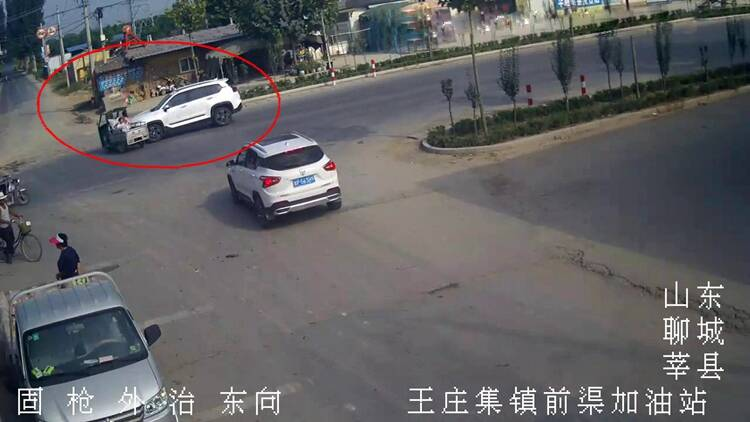 47秒|监控实拍!电动三轮车违法载人很危险,俩娃娃瞬间被甩飞