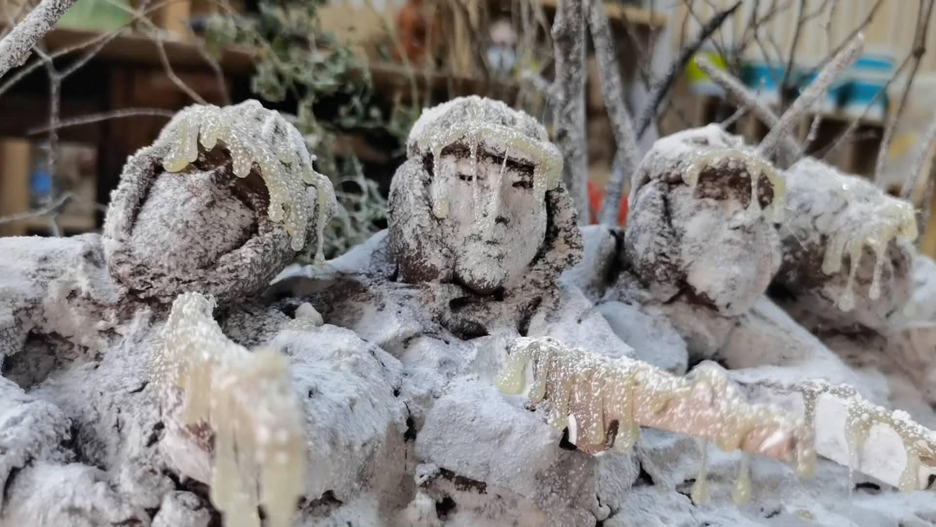 """纪念抗美援朝70周年 他根据几张照片创作出""""冰雕连""""泥塑"""