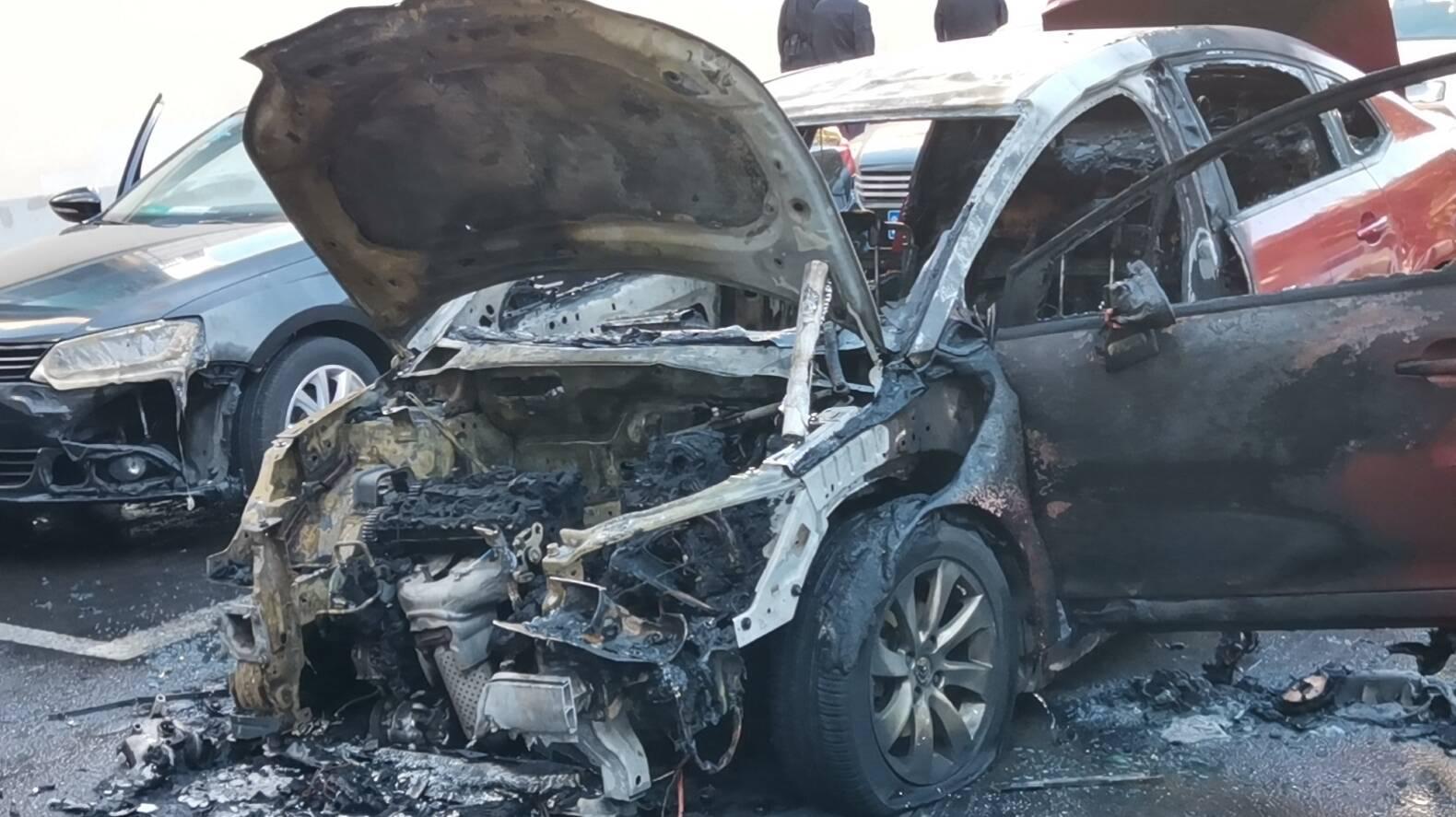 现场视频|济南一轿车自燃殃及路边两车 幸无人员伤亡