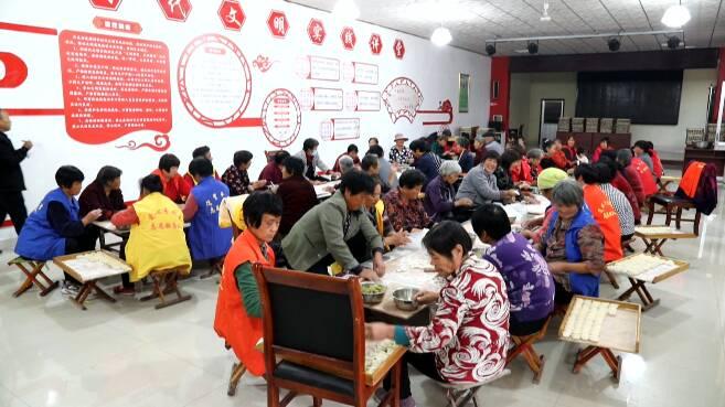 54秒丨东营广饶500余名老人吃水饺看演出 其乐融融欢度重阳