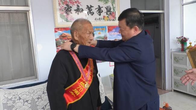"""40秒丨潍坊市坊子区:""""抗美援朝出国作战70周年纪念章""""赠予""""最可爱的人"""""""