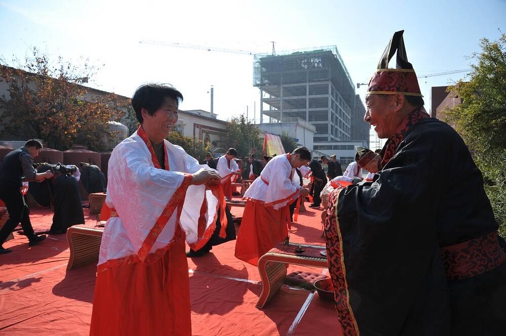 九九重阳节,菏泽市举办第六届金婚老人庆典