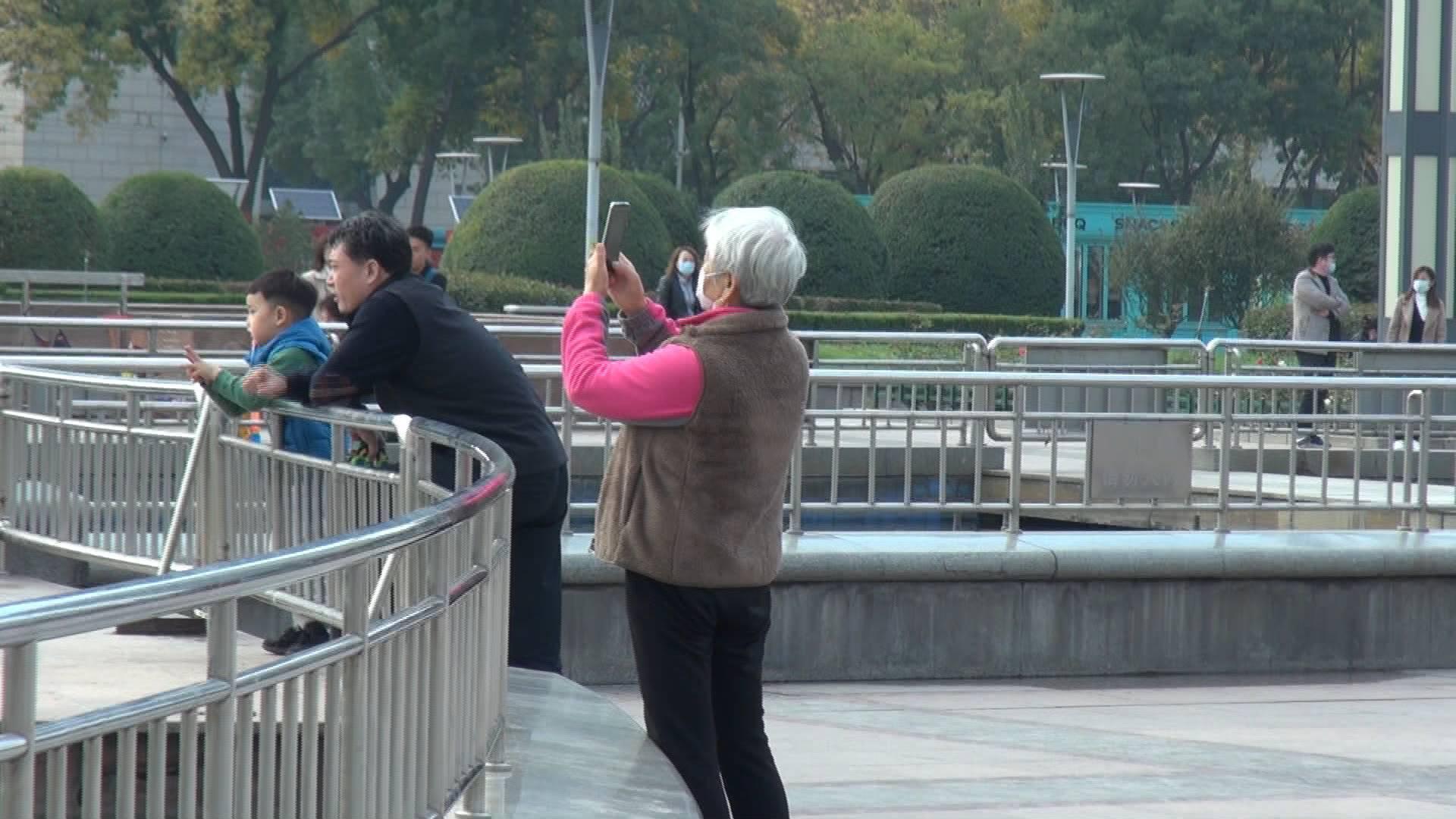 街采丨听老年人聊聊他们与智能手机的那点事儿:看新闻、拍照片,还有人爱做题