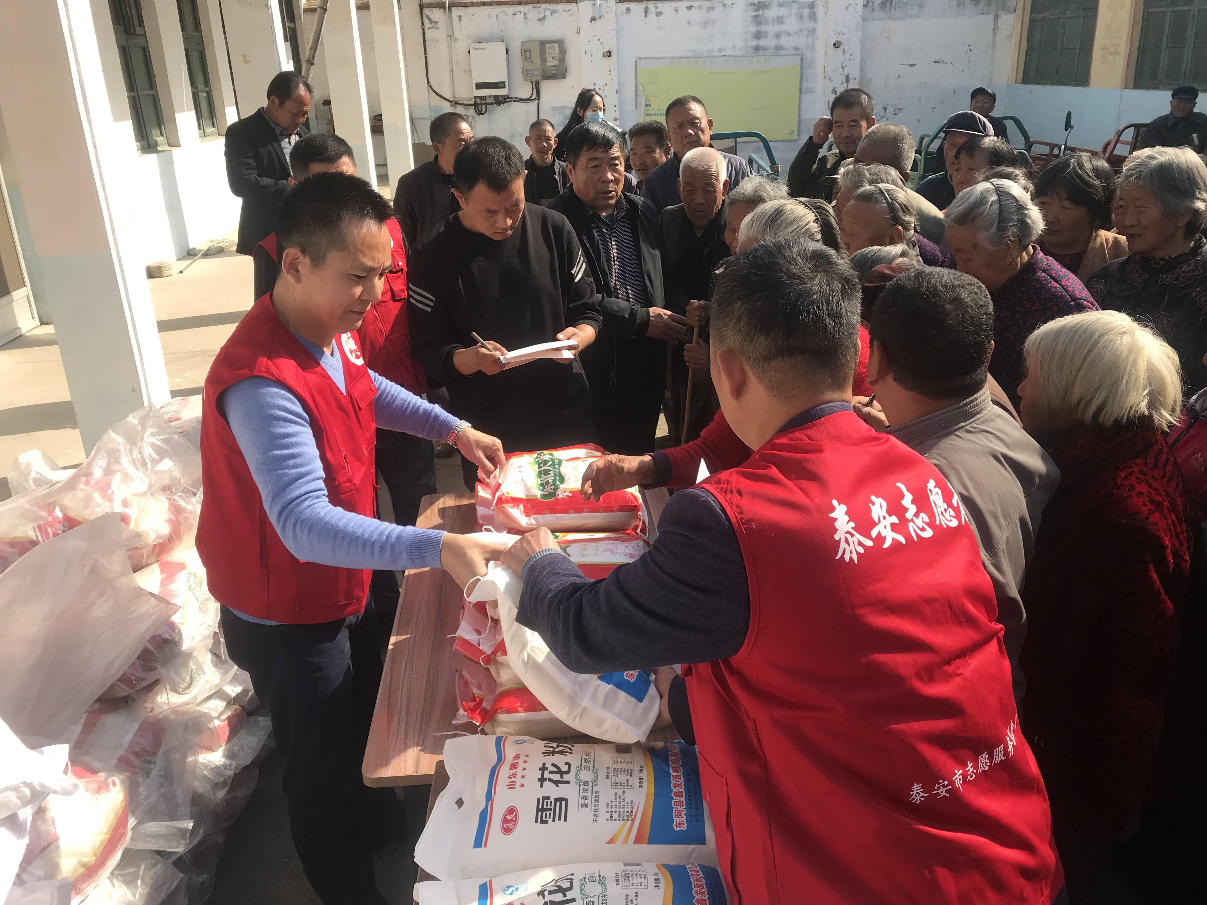 九九重阳节,浓浓敬老情,泰安志愿者为41位寿星献爱心