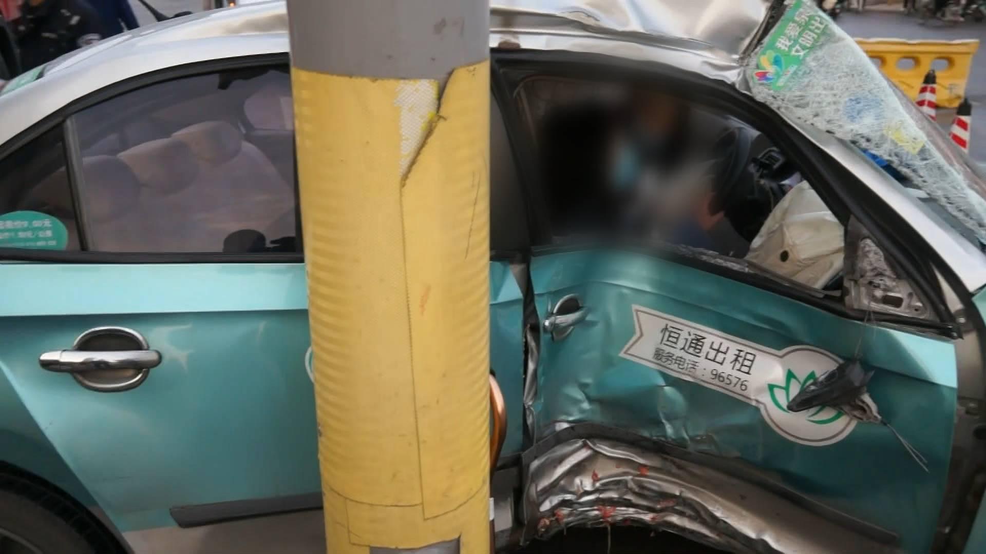 出租车失控撞上信号灯柱乘客腿部被卡,济南消防紧急救援
