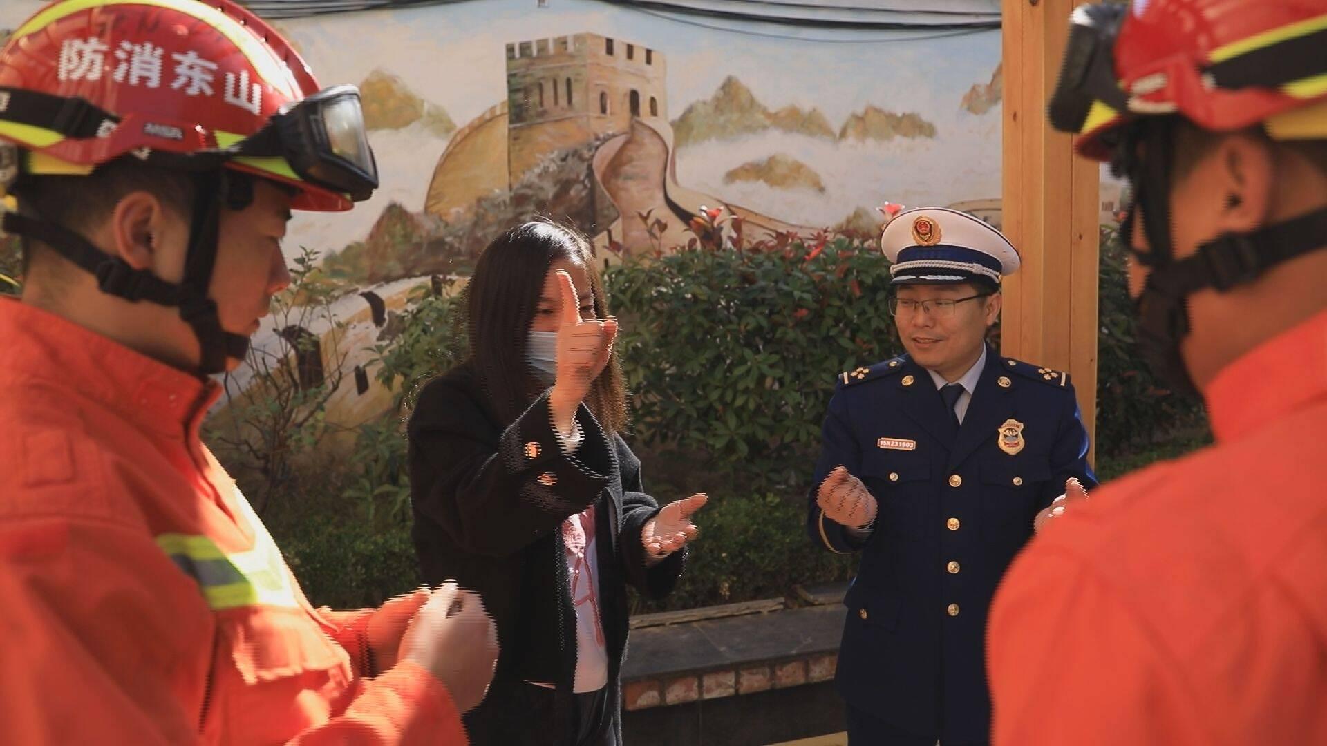 """44秒丨消防演练走进特教校园 """"蓝朋友""""现场""""拜师""""学起了手语"""