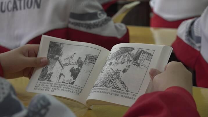 30秒|聊城冠县向小学生发放1700套《红色经典故事》连环画