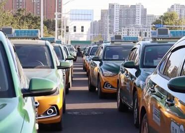 """""""一踩一嘎吱 一坐一个坑"""" 潍坊的北京现代出租车主们恼了!"""