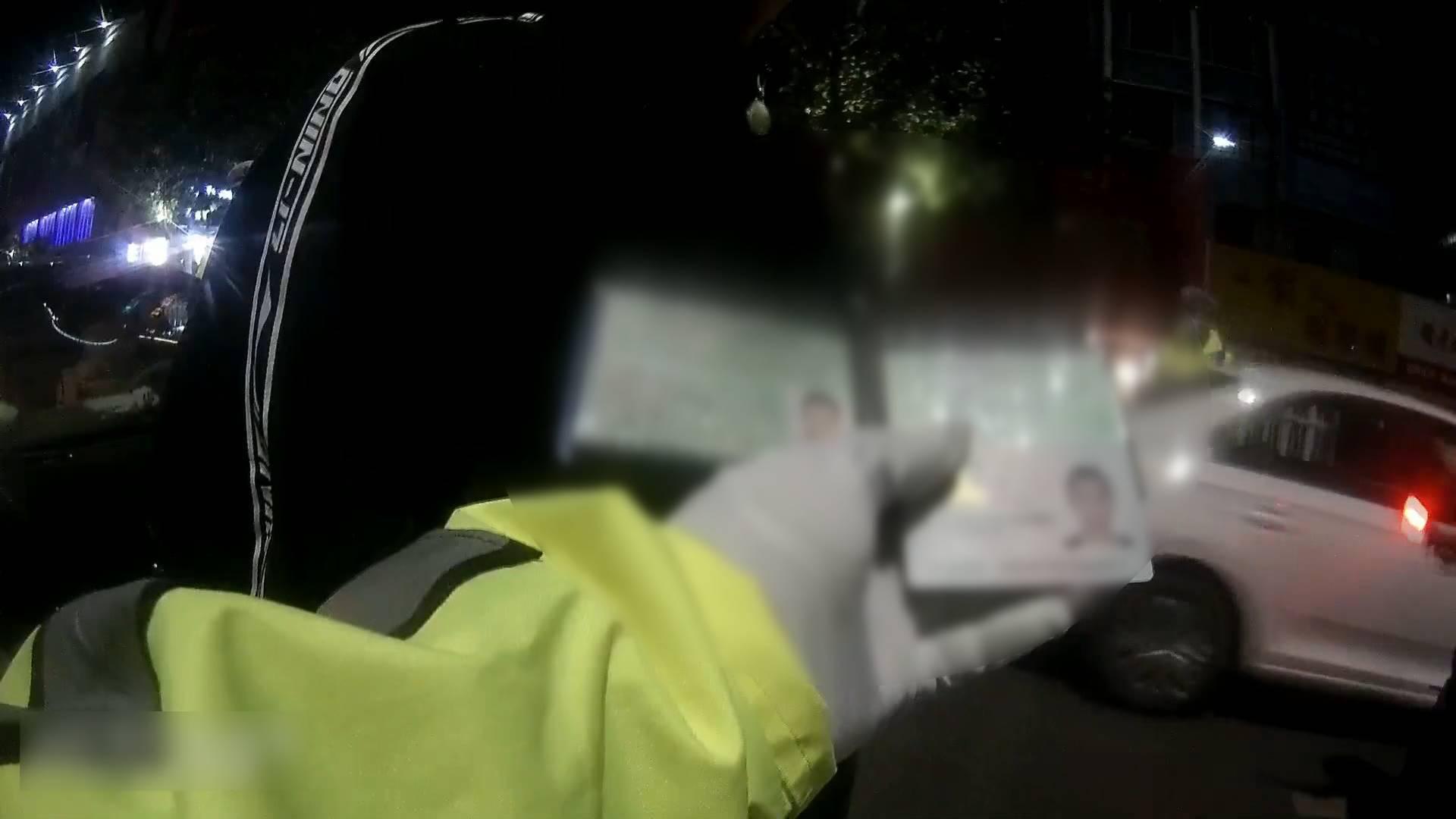 太心急!男子考驾照期间办假证开车上路 青岛交警一眼识破