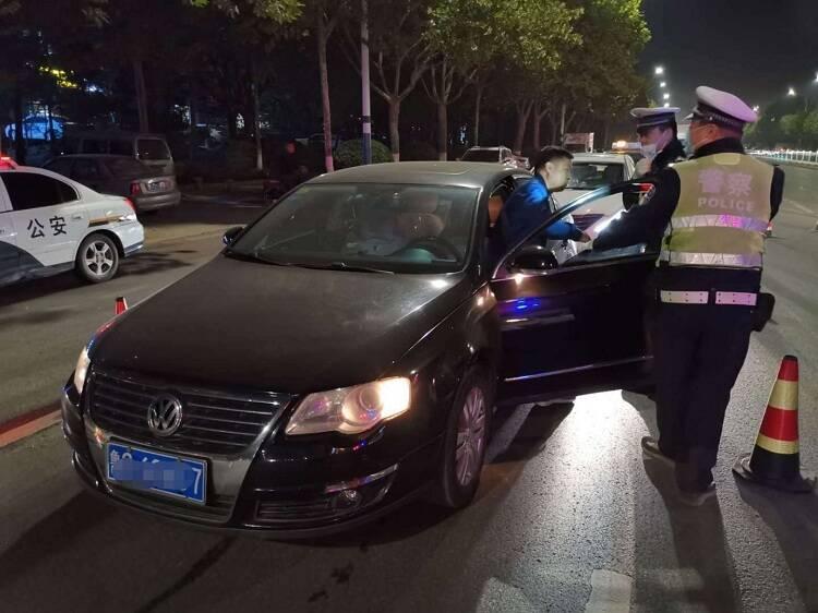 潍坊:一晚查处105起!货车司机酒驾后慌忙吃口香糖