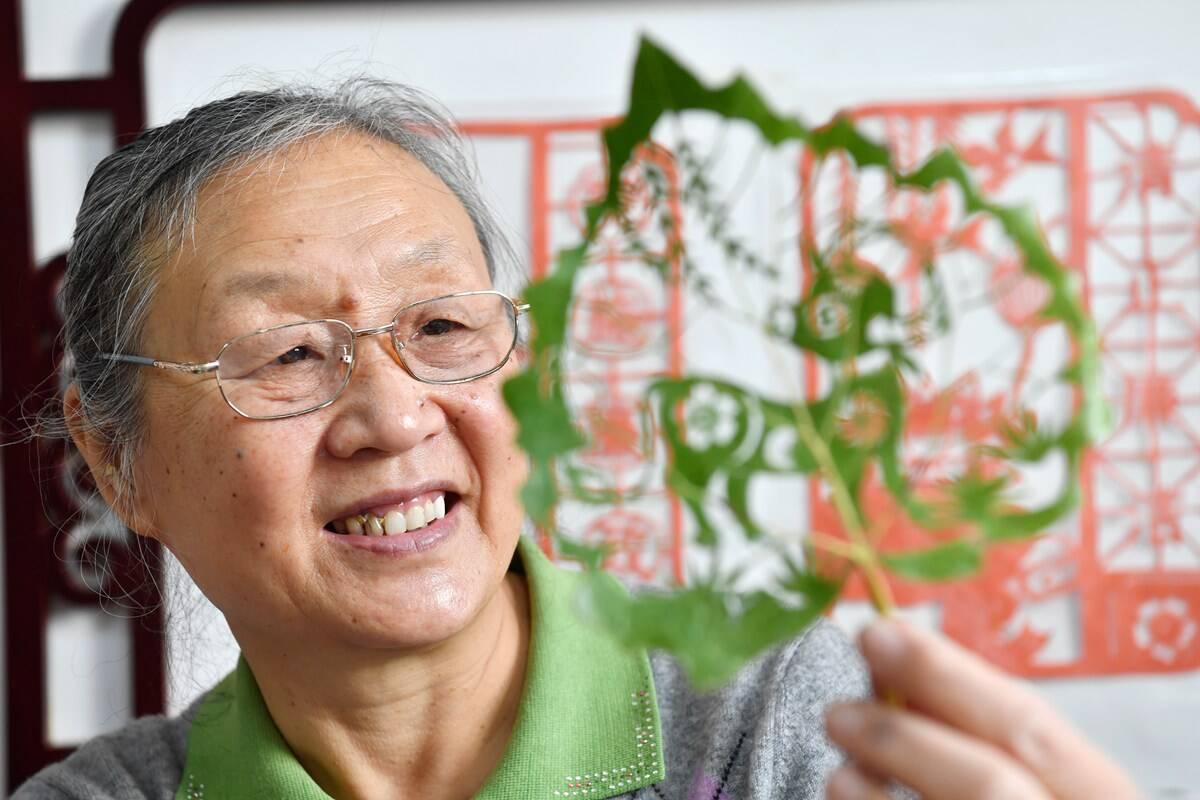 影像力|不让传统艺术失传!济南65岁老人坚守叶雕技艺传承