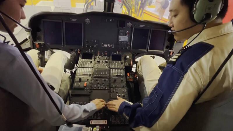 """48秒丨飒!女记者进博会""""开""""上了价值1.35亿元的直升机"""