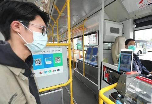 青岛莱西:乘公交不给孩子戴口罩,男子不听劝阻殴打司机赔偿万元