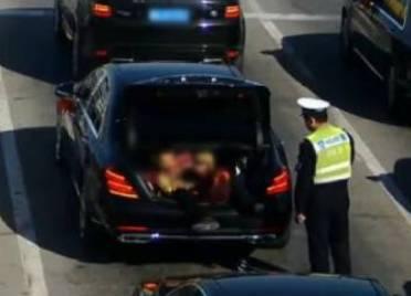 """58秒丨新郎遭""""婚闹""""竟躺婚车后备箱 德州交警:莫拿生命当儿戏"""