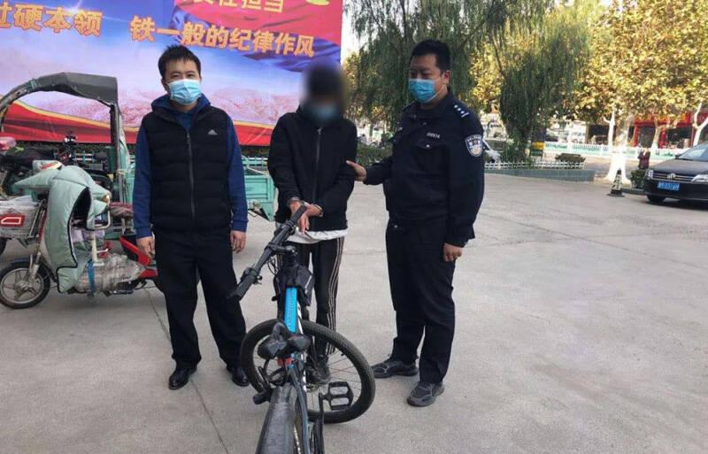 28秒丨滨州邹平一男子大街上偷盗自行车被行拘