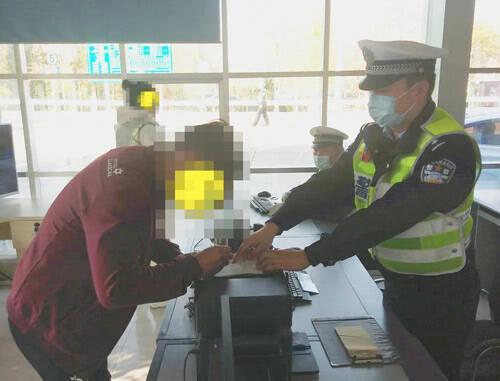 胆子真大!滨州男子无证驾驶上高速被交警逮个正着