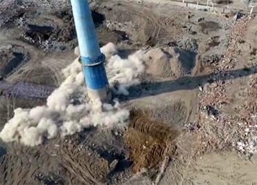 三根120米高烟囱成功爆破!潍坊寒亭区搬迁化工企业 优化城市空间布局