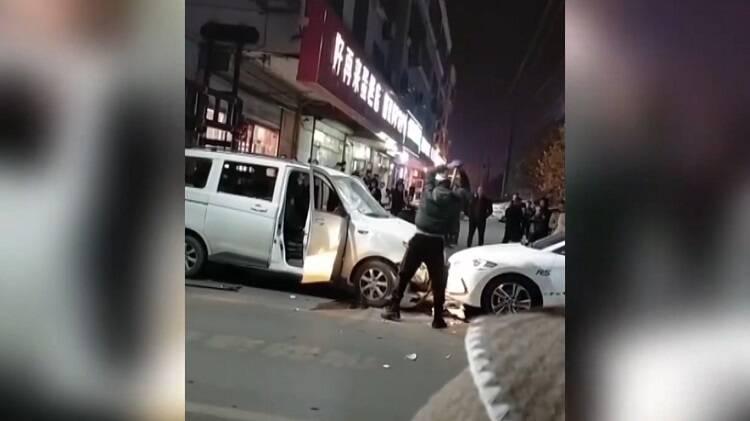 56秒丨临沂一男子街头光膀子怒砸面包车?目击者:砸的是他自己的车…
