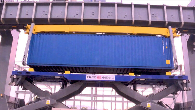 48秒丨全球首创 山东港口青岛港集装箱运输将用上智能空轨