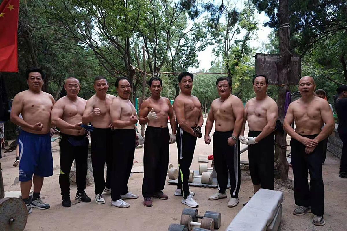 影像力 | 凑钱建健身房、单手举30多公斤杠铃,济南英雄山下有群高龄健身达人