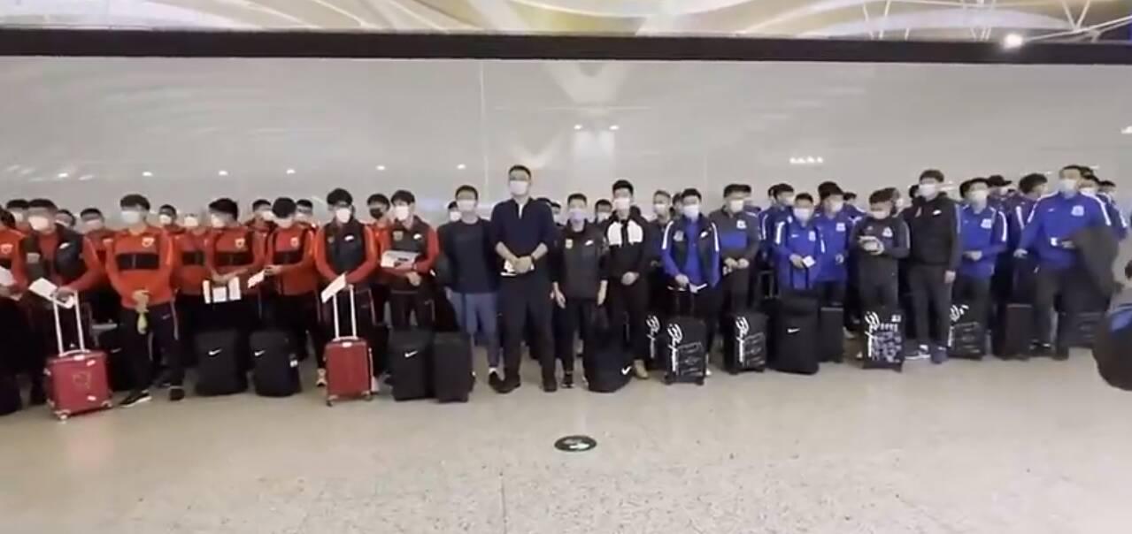 出征!申花上港一同抵达机场征战亚冠
