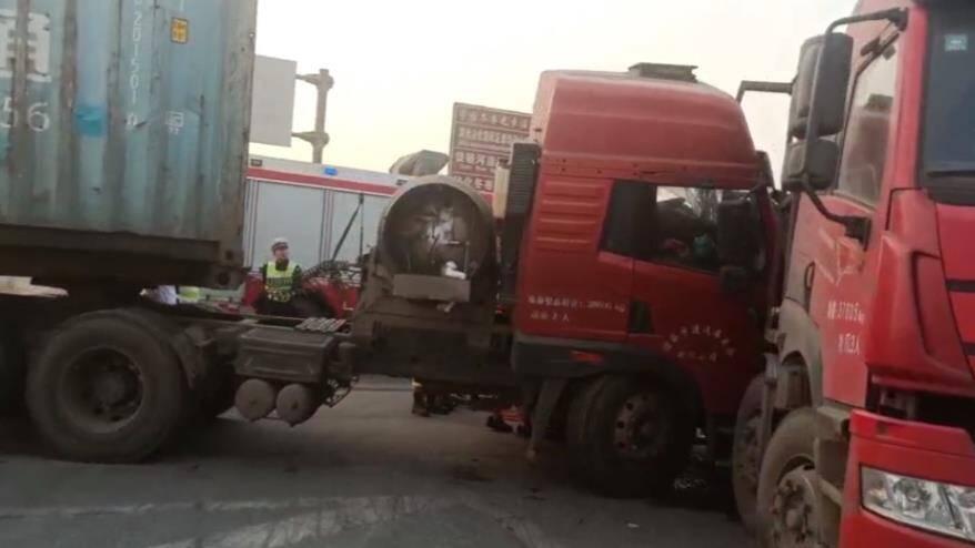 38秒丨半挂车司机走神酿车祸被困 滨州消防18分钟紧张救援