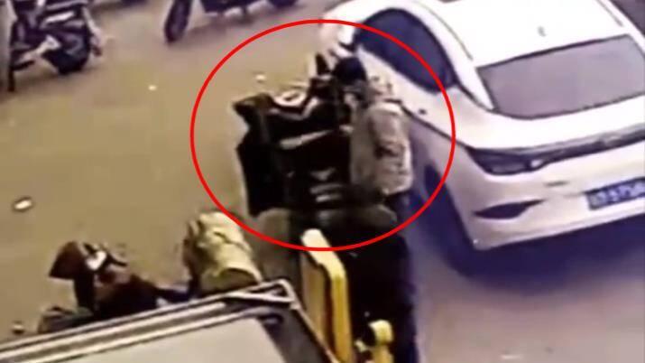 19秒丨滨州一外卖小哥的外卖大白天被偷 监控视频曝光