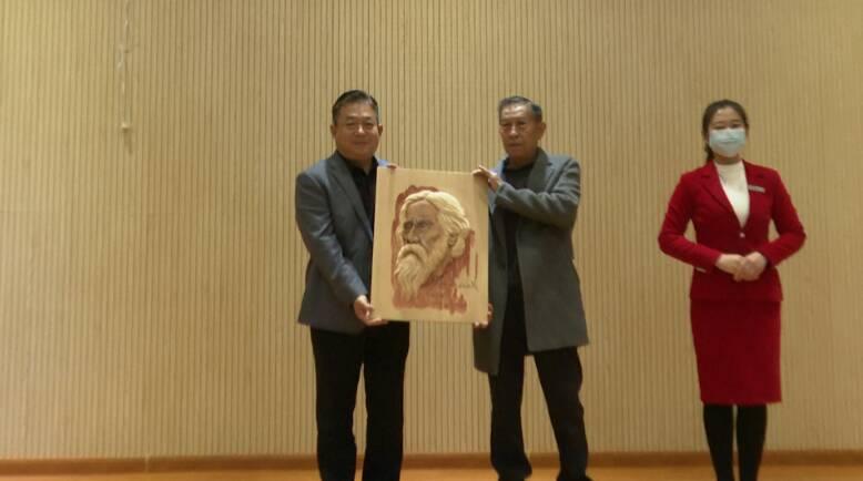 50秒|传承非遗文化!木雕大师王玉平10幅作品捐赠家乡