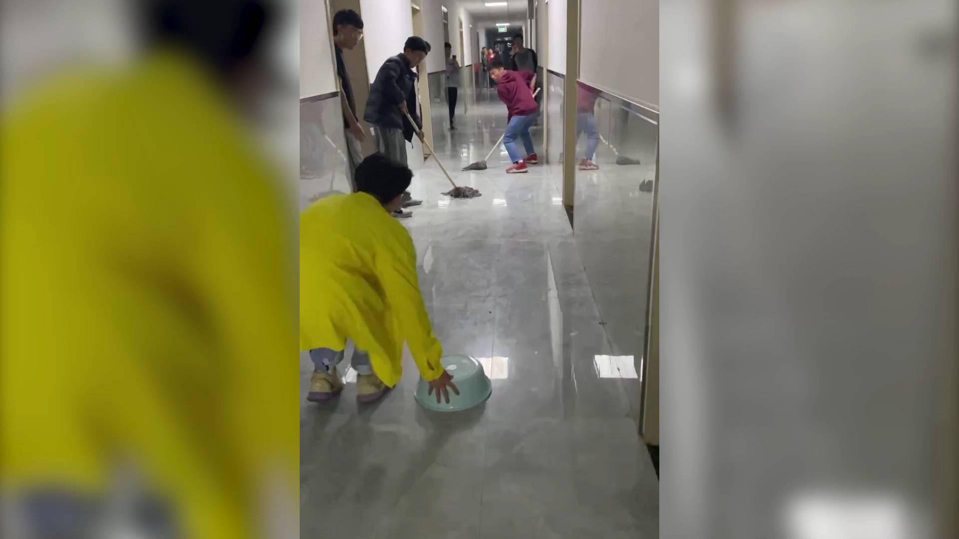 39秒丨大学生宿舍走廊用脸盆扫把玩冰壶:一层楼的同学都玩疯了