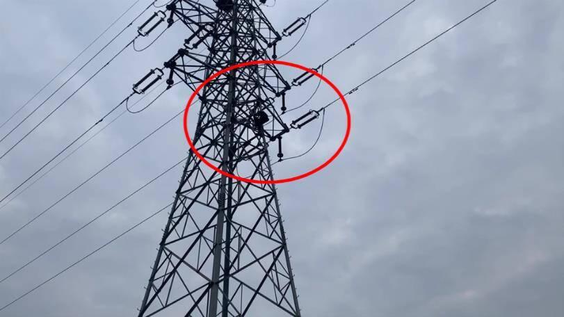 31秒丨滨州男子擅自攀爬高压角钢塔被困 消防紧急施救