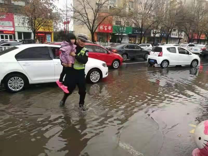 增加执勤警力,延长执勤时间!枣庄市中交警全力保障雨中道路畅通