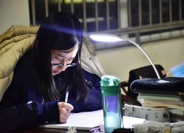 为梦想而战!德州大学生挑灯夜读 备战考研