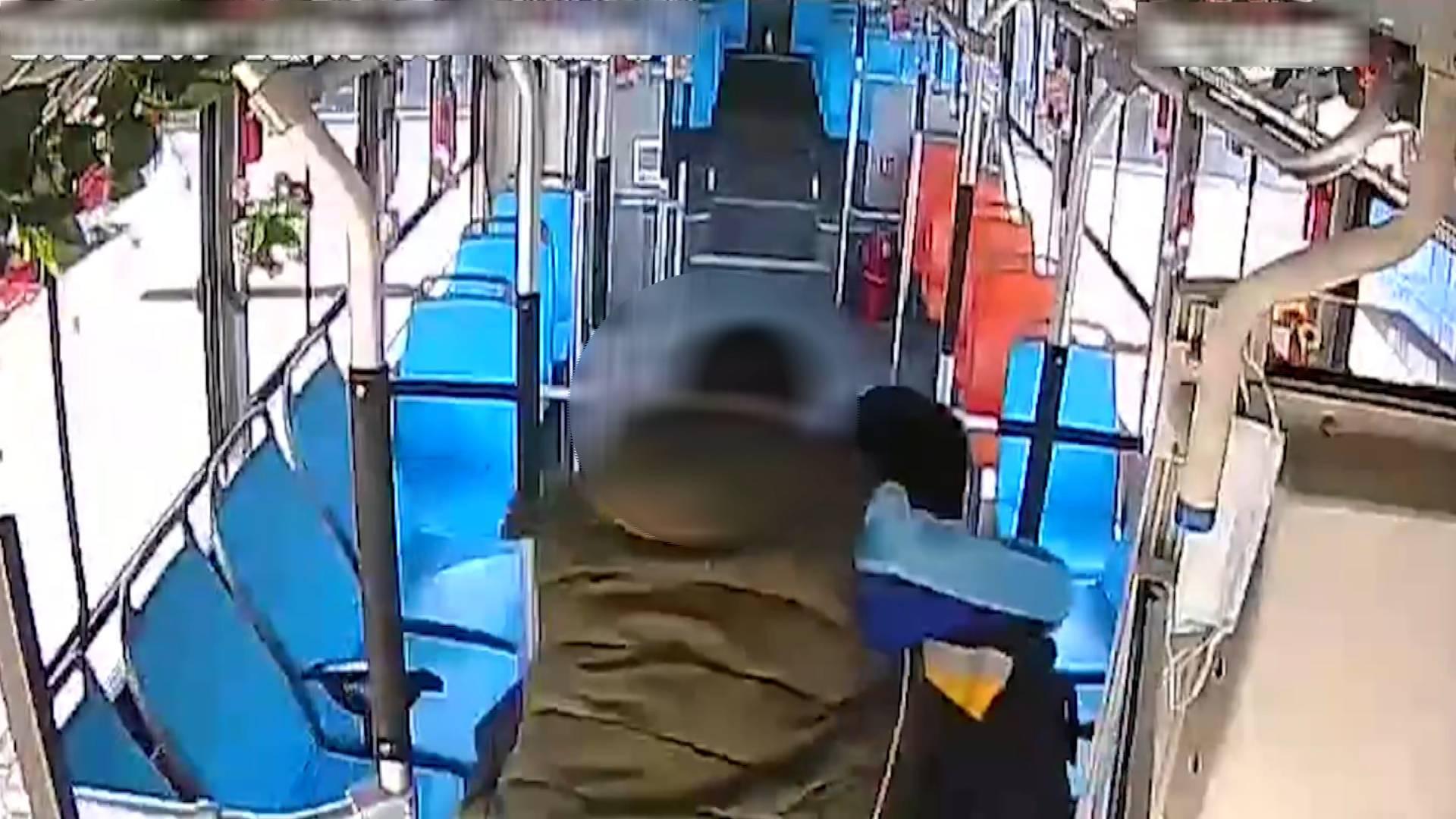 """61秒丨一背就是6年!青岛公交司机坚持每天背""""轮椅男孩""""上下车"""