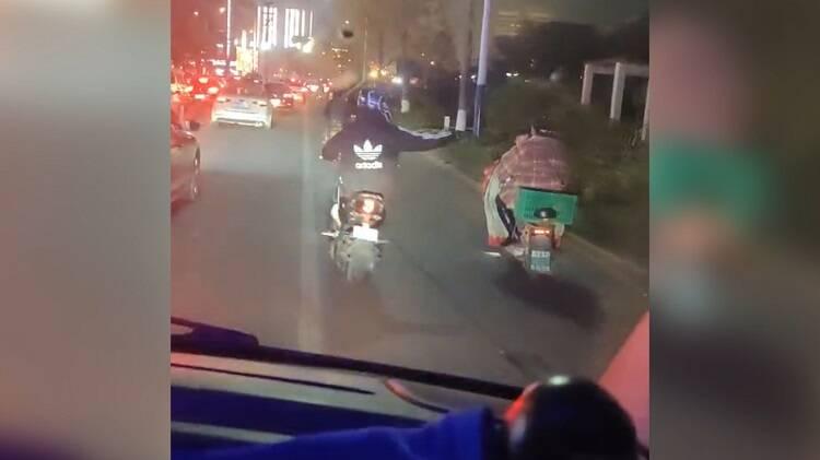 30秒丨临沂一救护车遇上晚高峰,暖心小伙骑车开道
