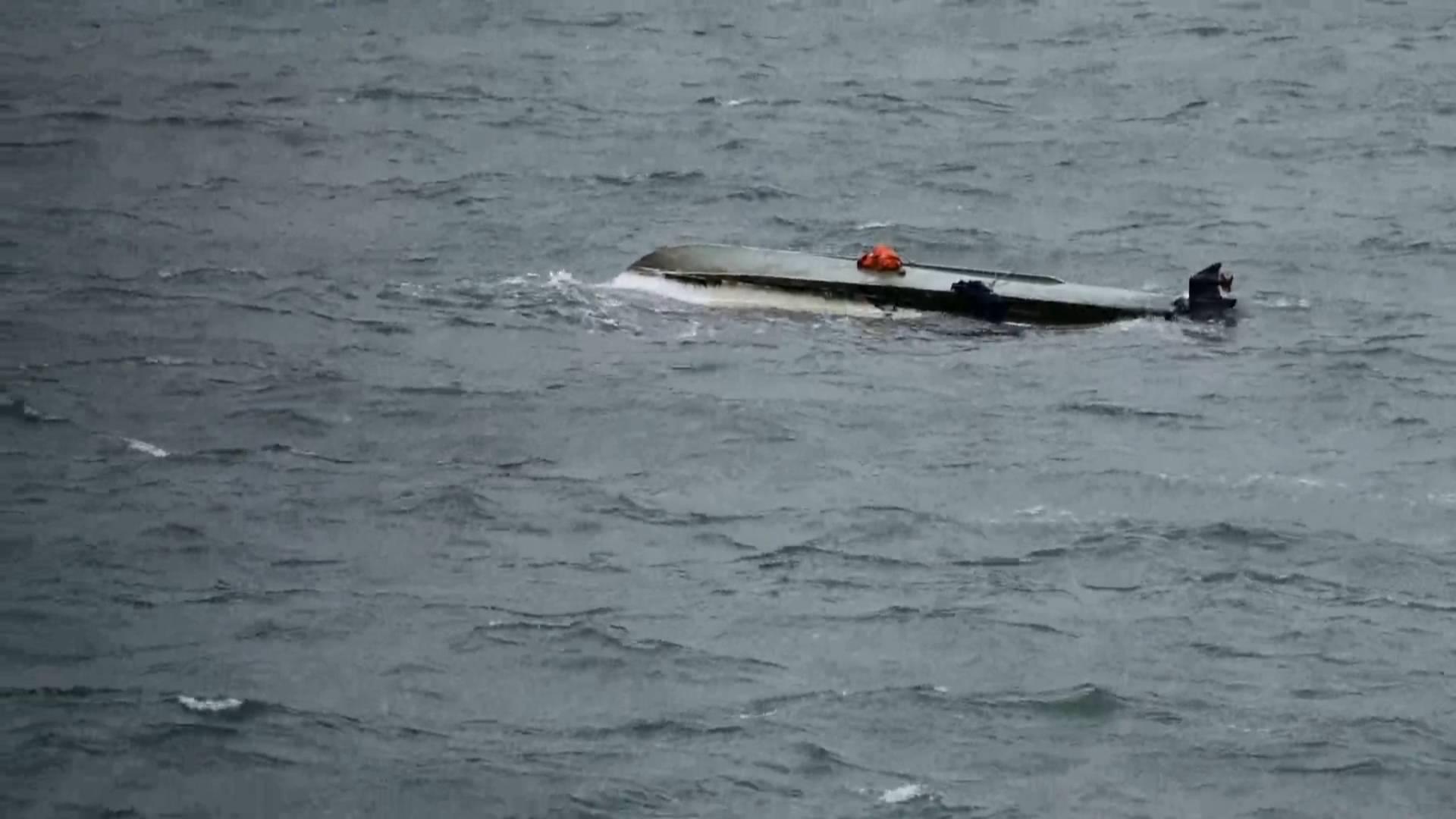 37秒丨烟台一艘船只海上翻扣3人在船体上喊救命 救援队冒低温寒潮30分钟救出