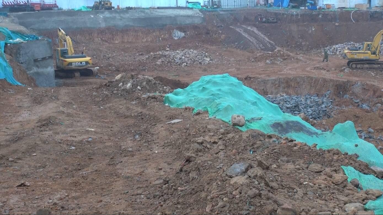 泰安多处工地扬尘严重:渣土堆裸露未覆盖,挖掘机湿法作业未落实