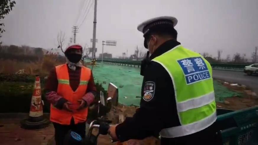 20秒丨暖心!滨州沾化民警雨中帮助迷路老人找到家人